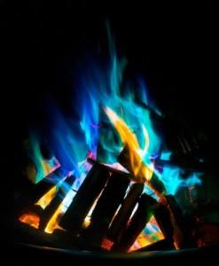 Buntes Feuer in der Feuerschale