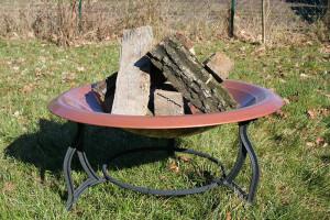 Feuerschale im Garten mit Holz